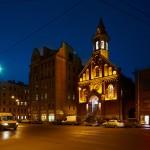 Peterburi Jaani kirik on õhtul kaunilt valgustatud.